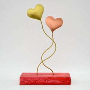 Διπλές καρδιές σε κόκκινη ξύλινη βάση