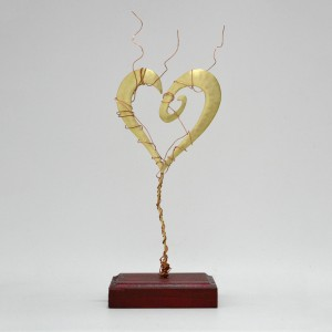 Καρδιά σπείρα με σύρμα σε μπορντώ ξύλινη βάση