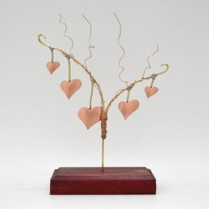 Σύνθεση κλαδί με κρεμαστές καρδιες σε ξύλινη βάση
