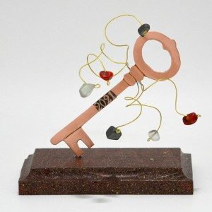 Γούρι κλειδί με σύρμα και χάντρες σε κόκκινη ξύλινη βάση Γούρια 2021 Διακοσμητικα - papadopoulis.gr